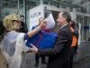 Uebergabe einer Petition mit 3330 Unterschriften an den Personalleiter von Alstom, Walter Hiltbrunner(rechts), durch Max Chopard-Acklin von der Gewerkschaft UNiA am 20.12.2010 vor dem Hauptgebäude von Alstom in Baden.