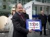 Uebergabe einer Petition mit 3330 Unterschriften an den Personalleiter von Alstom, Walter Hiltbrunner(vorn), durch Max Chopard-Acklin(mitte hinten) von der Gewerkschaft UNiA am 20.12.2010 vor dem Hauptgebäude von Alstom in Baden.