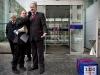 Uebergabe einer Petition mit 3330 Unterschriften an den Personalleiter von Alstom, Walter Hiltbrunner (rechts), durch Max Chopard-Acklin (mitte) von der Gewerkschaft UNiA am 20.12.2010 vor dem Hauptgebäude von Alstom in Baden.