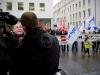 Uebergabe einer Petition mit 3330 Unterschriften an den Personalleiter von Alstom, Walter Hiltbrunner, durch Max Chopard-Acklin (links) von der Gewerkschaft UNiA am 20.12.2010 vor dem Hauptgebäude von Alstom in Baden.