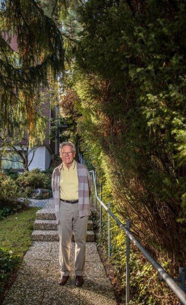 212 / Der Theologe und Praesident der Stiftung Weltethos, Prof. Hans Kueng, am 25.10.2013 in seinem Haus in Tuebingen.